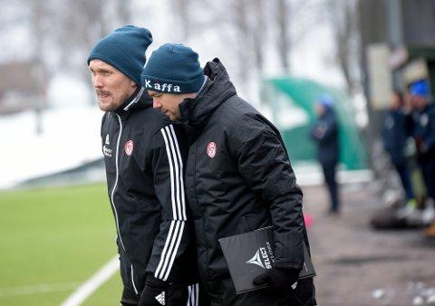 TRENERDUO: Jørgen Isnes mener at KFUM/Oslo er i rute foran seriestart. Her med spillende assistenttrener Daniel Fredheim Holm under kampen mot Kjelsås.