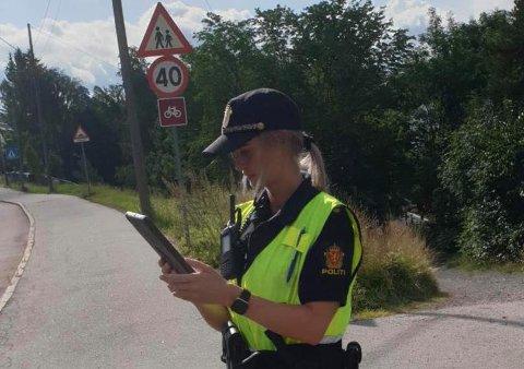 KNEP MANGE: En politibetjent i arbeid i Kongsveien torsdag.