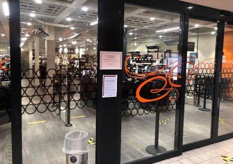 STENGT: Vinmonopolets butikk på Pyramiden i Tromsdalen var stengt onsdag på grunn av behov for rundvask. Foto: Are Medby