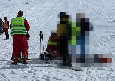 FIKK HELSESJEKK: De to kameratene kjørte selv ned fra skredområdet. Her blir den skedtatte tromsømannen (th) sjekket av helsepersonell rundt en time etter dramaet.