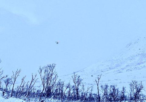 Her er UNNs ambulansehelikopter i lufta over Kattfjordeidet mandag morgen. Foto: Tobias Kvalvik Henriksen