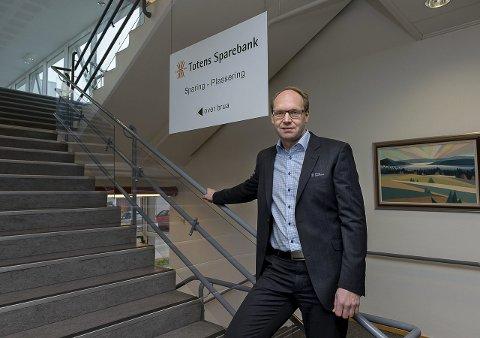 I havn: Stig H. Blikseth, viseadministrerende direktør i Totens Sparebank fikk litt over 20 søkere til tilbudet om sluttpakker.