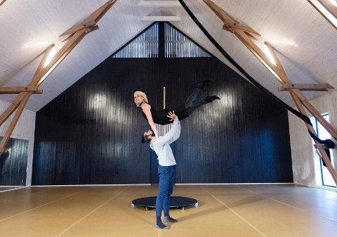 BOLSHOI-LÅVEN: Ella Fiskum og Sudesh Adhana har innredet en danselåve på Nydal med gulv som opprinnelig skulle legges i Bolshoi-balletten i Moskva.