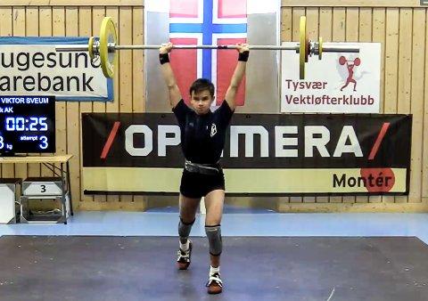Gjøvik Atletklubbs Emil Viktor Sveum satte seks norske rekorder under U-NM, deriblant 63 kilo i støt.