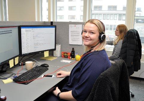 STOR PÅGANG: Mina Simenstad Johansen (f.v.) og Karoline Wara er to av dem som betjener koronatelefonen. De nedringes av folk som lurer på når de får vaksine.