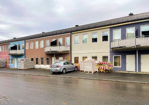 NY FASADE: Bygget, som ligger i Wergelands gate i Gjøvik sentrum, har nå blitt kvitt gråfargen fra 60-tallet. Den gamle luefabrikken er malt i en rekke farger.