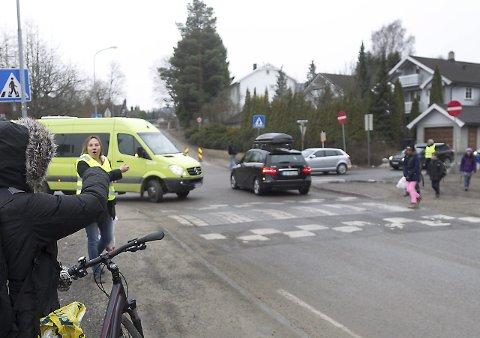 Uoversiktlig: Hanna Sørhuus er dypt bekymret over skoleveien til barna på Hebekk skole, og mener det må handles før det er for sent.Alle foto: Bjørn V. Sandness
