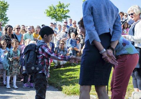 SPENT: Akbar Abbas (6) hilser på kontaktlærer Ann Kristian Jansen. I blått skjørt og drakt ser vi rektor Ingunn Lind Bjørhei.