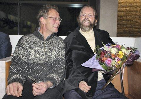 ÆRESDIPLOM: Gjermund Andersen overrakte æresdiplom til Sverre M. Fjeldstad på vegne av Naturvernforbundet, Sabima, WWF, Lillomarkas Venner og Østmarkas Venner. FOTO: STEINAR SAGHAUG