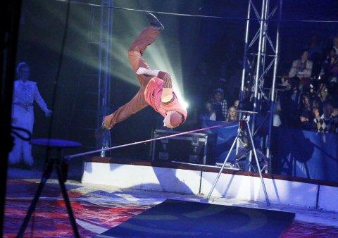 HALSBREKKENDE: Linedanser Christer Pettersen (30) fra Langhus er frontfigur for Cirkus Arnardo i årets sesong. Helén Arnardo og resten av teltet fulgte spent med.  ALLE FOTO: STIG PERSSON