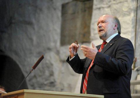 HISTORIKER: Alf R. Jacobsen tar publikum med gjennom de dramatiske døgnene. Her fra 70-årsmarkeringen på Oscarsborg. FOTO: AMUND LÅGBU
