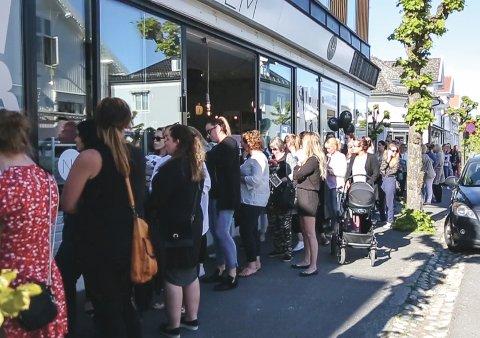 LANG KØ: Slik så køen ut da Nordiske Hjem hadde føråpning i Stavern for ett år siden. Neste uke lover driver av butikken enda villere tilstander.