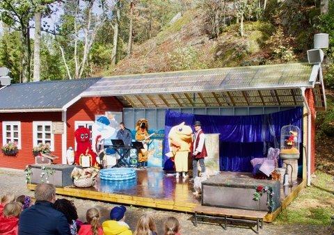 MASKOTT: Søndagsskolens maskot gullfisken Gulliver og hans venn Maxmillian hadde sceneshow.