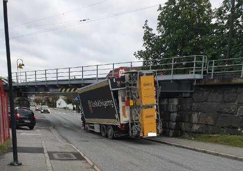 VENTER PÅ HJELP: En trailer har kjørt seg fast på Torstrand.