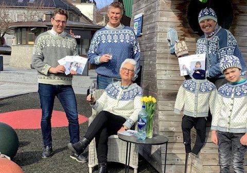 MARKERER LARVIK: Larvik-kofta ble introdusert før jul. Nå er mønstret klart for dem som vil strikke den. Fra venstre: Paal Espen Wingaard, ordfører Erik Bringedal, skaper av kofta, Kari Grinde Størby, Gunnstein Fretheim og Jesper Andersen Waaberg.