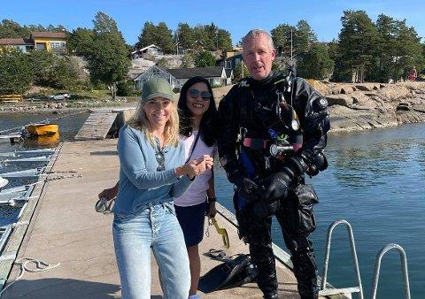 STOR GLEDE: Martine Ågedal Hansen (t.v.) kan med stor glede konstatere at Thomas Nilsson fant «gull» på havets bunn. I midten står Nilssons kone Cicilia.