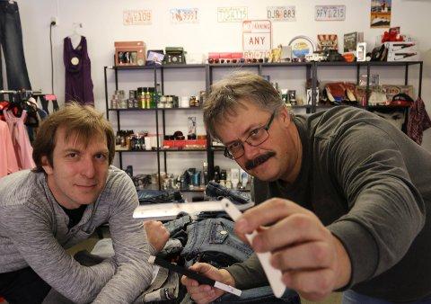RETRO:  Dette er avdelingen for skjegg, bart og hår. Innehaverne  er Thomas Granlund, til venstre, og Henning Stensrud, her med en barberkniv av dt gamle slaget, men nyprodusert.