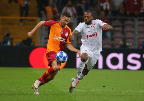 Galatasaray's defender Martin Linnes, left, tries to dribble past Lokomotiv Moscow's midfielder Manuel Fernandes, right, during the Champions League Group D soccer match between Galatasaray and Lokomotiv Moscow in Istanbul, Tuesday, Sept. 18, 2018. (AP Photo)