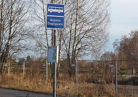 SKILT: Butikken som har gitt busstoppet navn sto på tomta bak gjerdet, men ble stengt i 2002.