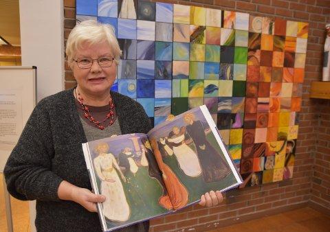 STILLER UT: Malegruppa i Løten kunst- og håndverkforening har laget sitt eget Munch-kunstverk. Randi Møllenes viser hvor medlemmene fant inspirasjon.