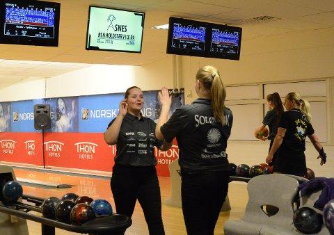 BEST: Andrea Kvernhusløkken var beste Solør-spiller og blir her gratulert med et godt slag av klubbvenninne Jenny Mathiesen.