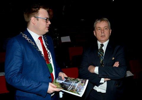 ENIGE: Fylkesordfører Even Aleksander Hagen (til venstre) og fylkesmann Knut Storberget mener det er avgjørende at Høgskolen i Innlandet får universitetsstatus.