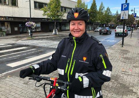 SKAL KONTROLLERES: Trafikkbetjent Eva Skogen Andersen og kollegene hennes.