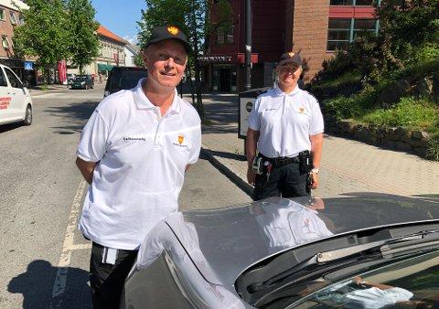PÅ OPPLÆRING: Knut Olav Høiåsen læres opp til sin nye jobb av trafikkbetjent Eva Skogen Andersen.