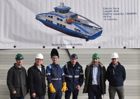 SEREMONI: Kjølstrekk på den nye ferga ved skipsverftet.