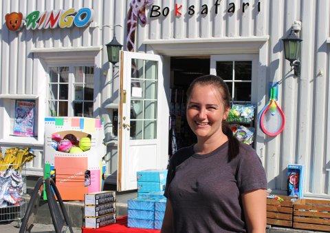VIL GI SEG: Elina Carlsen har drevet Boksafari på torget i Langesund i 8 år. Nå vil hun drive butiken denne sommeren, og har plaer om å slutte etter sommeren. – Jeg søker etter en person med pågangsmot som vil kjøpe vareutvalget mitt og drive butikken videre.