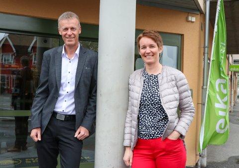 GA UTTELLING: Bjørn Storeheier fra Marker Sparebank med Tone Merethe Helstad Glomsrud som har samlet inn penger på vegne av Rakkerungene Teater.