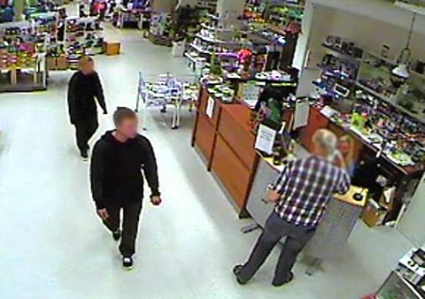 På overvåkningskamera: Her blir de to tiltalte i forbindelse med Korgen-ranet fanget opp på overvåkningskamera på Coop i Hattfjelldal. De hadde tatt ut 18.600 kroner fra bankkortene de hadde stjålet fra en kvinnelig bankfunksjonær i Korgen.