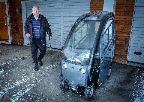 Harald Bjerkadal med den elektriske rullestolbilen som ikke er helt som den skal.