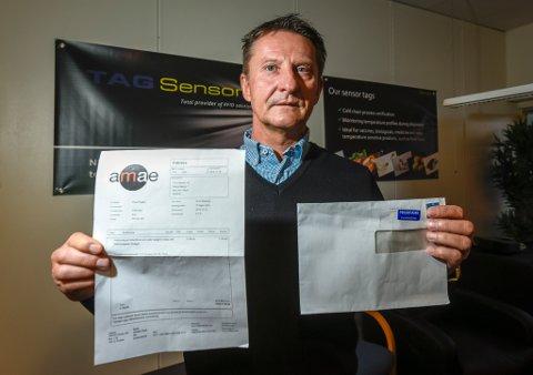 Knut Nygård i TAG-Sensors viser fakturaen som viste seg å være et forsøk på svindel. Nå vil han advare andre firma mot å gå i fella.