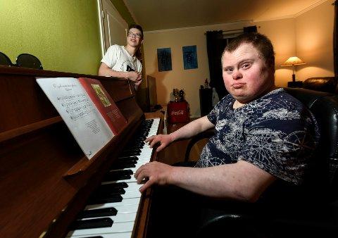 Arne Marius Eide (19) synes ikke han kan la mer tid gå til spille på å stå i boligkø. Isak Abelsen er 16 år og forventer egentlig at det skal være en leilighet til ham når han om få år er flytteklar. Helst vil de to være naboer.