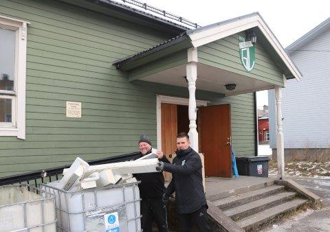 Leif Sagen (t.v.) og Kim Haugnes er i full gang med riving og sortering av GIL-huset.
