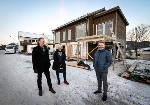 Morten Sæterhaug i MOBO, Roger Håkonsen i Zar Eiendom, og eiendomsmegler i Rede Eiendomsmegling Susanne M. Dahle fremfor den nye tomannsboligen. Zarek Eiendom AS står bak utbyggingen. Det er et selskap som eies av MOBO og Zar Eiendom.
