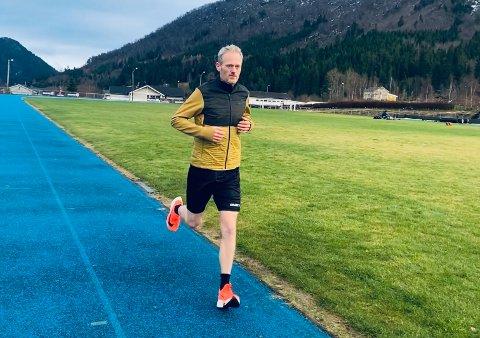 Simen Holvik sikter seg inn på norgesrekord på 24-timresløping i mai. Deretter går turen ut på landeveien og prosjektet Norge på langs.