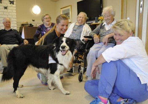 Hundebesøk er et viktig lysglimt i hverdagen på Sokna sykehjem.