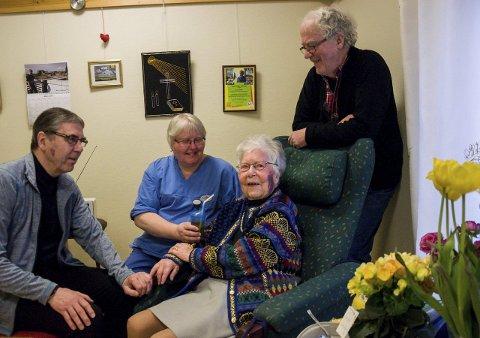 GODT TATT IMOT: Helga Fekjær Johansen (103) flyttet inn på Hønefoss sykehjem i fjor høst. Sønnene Dag (til venstre) og Tore er strålende fornøyd med innsatsen fra Laila Midtgard og de øvrige ansatte.