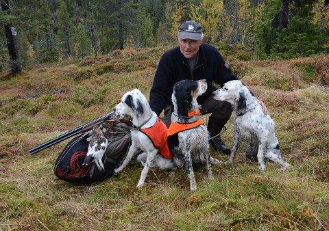 Bikkjer og jeger Knut Jøran Ellefsen er fornøyd med at det ble ei rype.