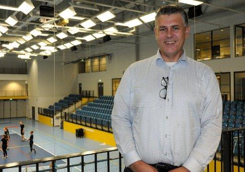 GLAD: Kjell-Eric Andersen håper han om to år kan ønske folk velkommen inn i en ny flerbrukshall i Haugsbygd.