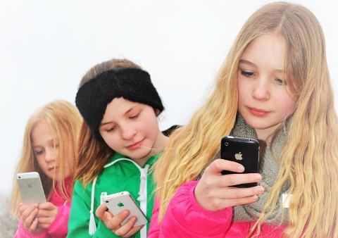Nesten alle tiåringer har nå egen smarttelefon. Halvparten bruker to timer eller mer daglig på mobilen. (Illustrasjonsfoto)