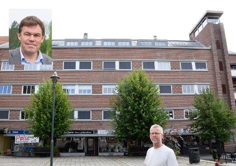SKILT: Prosjektleder i Fossen Eiendom, Bjørn Skoglund, og eier Frederik Skarstein (innfelt) vil ikke bare nøye seg å bytte ut mosaikken i Bryggerigårdens fasade. Med tiden vil de også se på en mer helhetlig utforming av butikkskiltene.