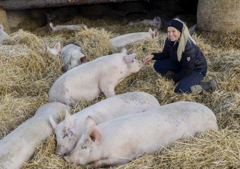 PRIS: Nedre Skinnes gård har fått Bedriftsutviklingsprisen i landbruket. Gårdem drives av Live og Kristoffer  Svalastog Skinnes.