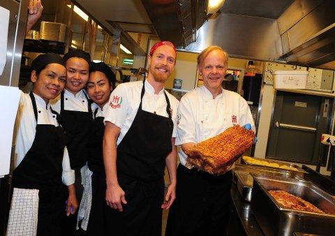 BLID GJENG: Nå går kokkene inn i årets travleste tid, med ribbe som en sikker vinner blant kundene.
