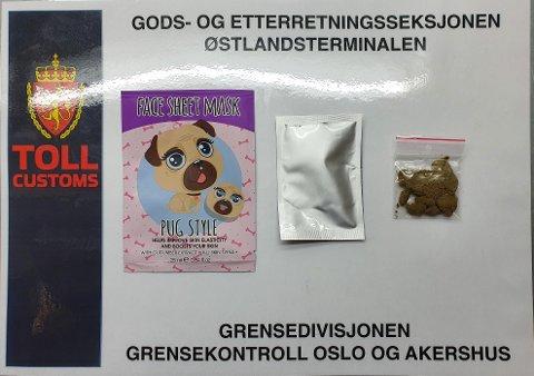Tollere på Østlandsterminalen avslørte 9. juni seks gram hasj kamuflert som ansiktsmaske. Narkotikaen lå i en brevsending fra Nederland adressert til en mann bosatt i Oslo. Foto: Tolletaten.