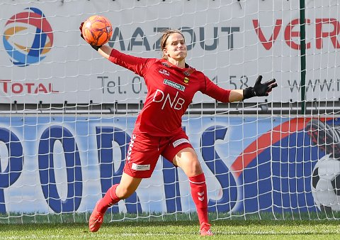TABBET SEG UT: Ida Norstrøm rotet det til for seg selv etter 80 minutter, og dermed tok LSK Kvinner kun ett poeng i serieåpningen fredag kveld. Foto:  NTB scanpix