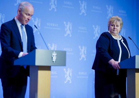 RUNDHÅNDET: Statsminister Erna Solberg og finansminister Jan Tore Sanner. FOTO: NTB