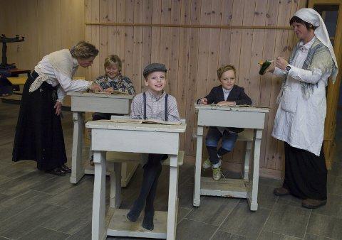 FORTIDENS PULTER: Rektor underviser Pernille Lien, mens Nicolai Hansen Naustdalslid og Christian Damskog venter på at «helsesøster» Maria Hallgreen skal «true» i dem tran.